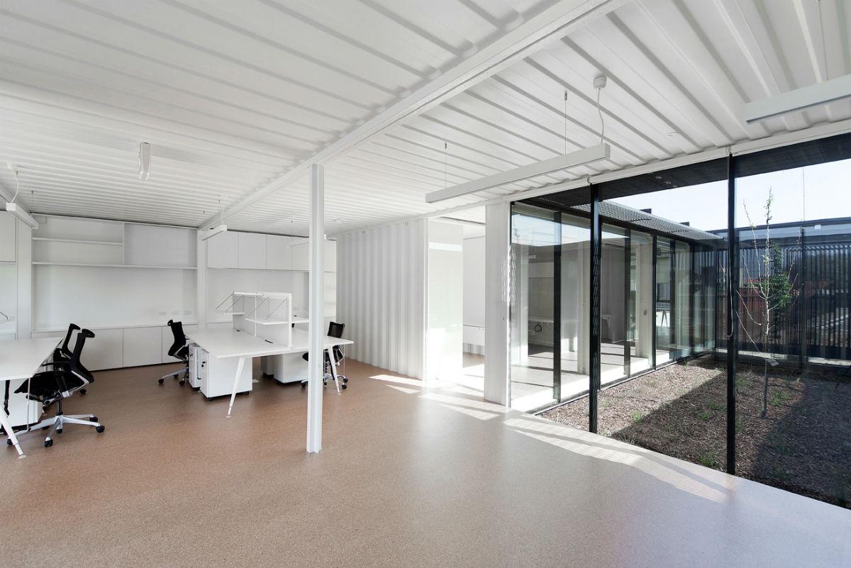 P tios interligam salas em escrit rio feito com for Container oficina