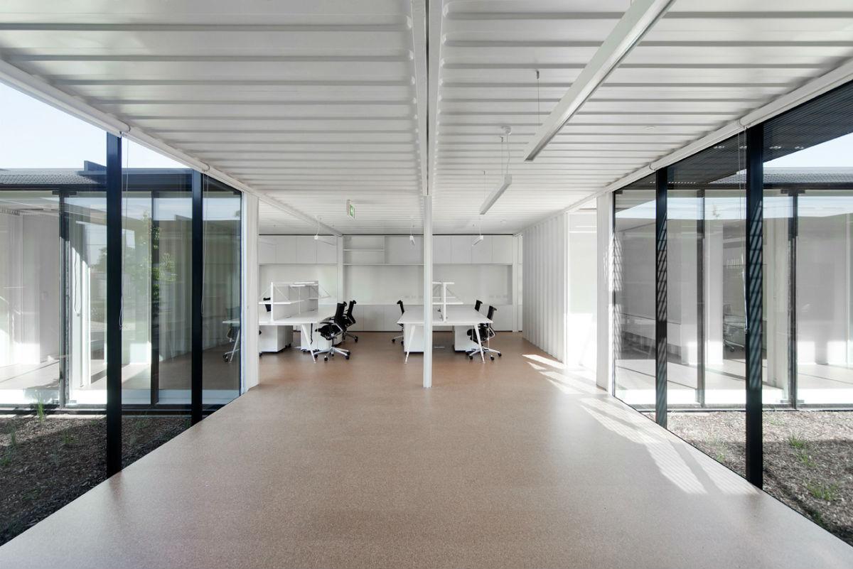 horta jardim associados:Pátios interligam salas em escritório feito com contêineres