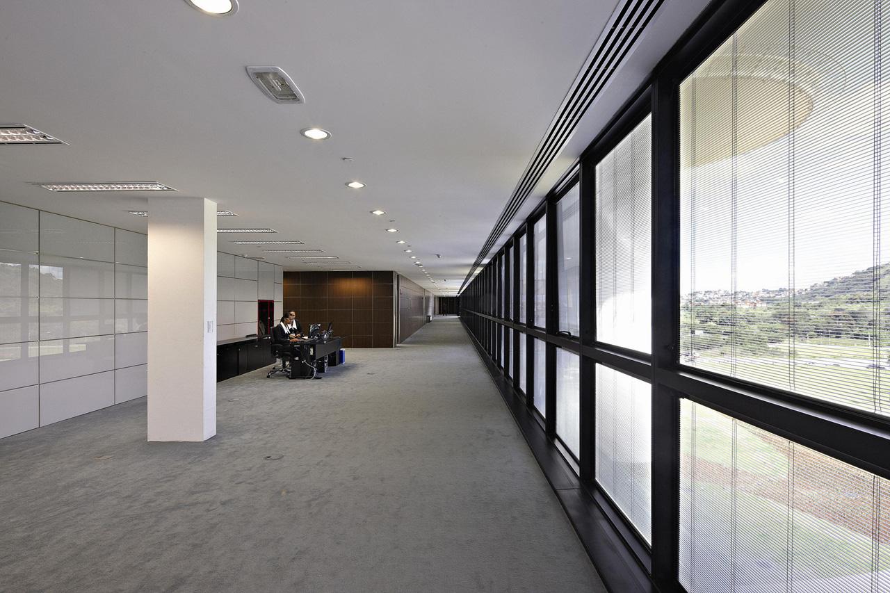 #604C39 Estações de trabalho nas secretarias. A ocupação só terminará no  514 Janelas Em Aluminio Belo Horizonte