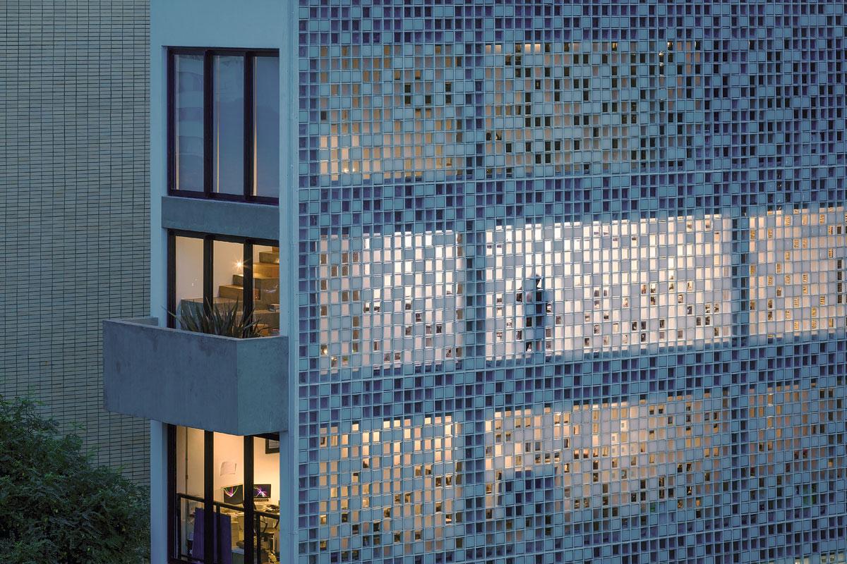 #9B6330 Triptyque: Edifício comercial São Paulo ARCOweb 1200x800 px Banheiro Decorado Com Bloco De Vidro 3649