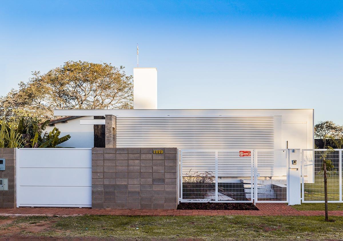 Alex nogueira rezende resid ncia campo grande arcoweb for Fachadas de casas modernas en la ciudad