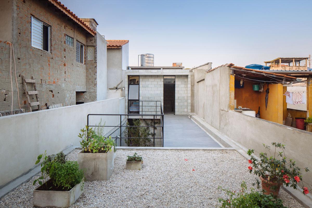 horta jardim associados : horta jardim associados:casa está implantada em um lote com 4,8 metros de largura por 25m