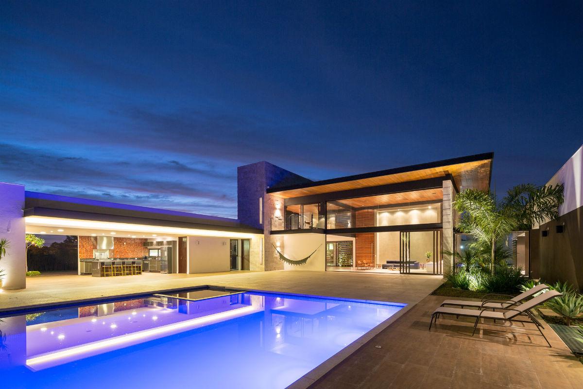 Casa em destaque esquadra arquitetos yi arquitetos for Vaso piscina