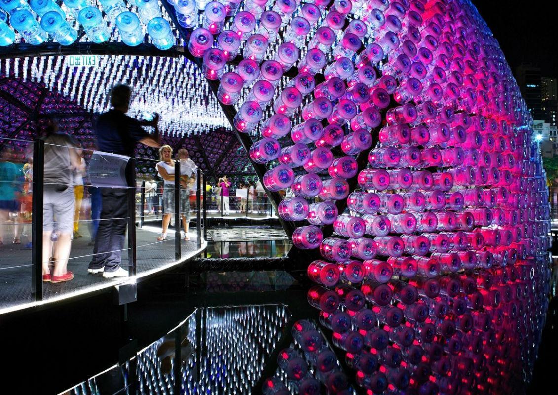 Designers criam pavilhão com 2,3 mil galões d'água